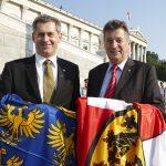 v.links: Bundesratspräsident Martin Preineder mit dem scheidenden Bundesratspräsidenten Peter Mitterer bei dem Austausch der Flaggen der Bundesländer Niederösterreichs und Kärnten