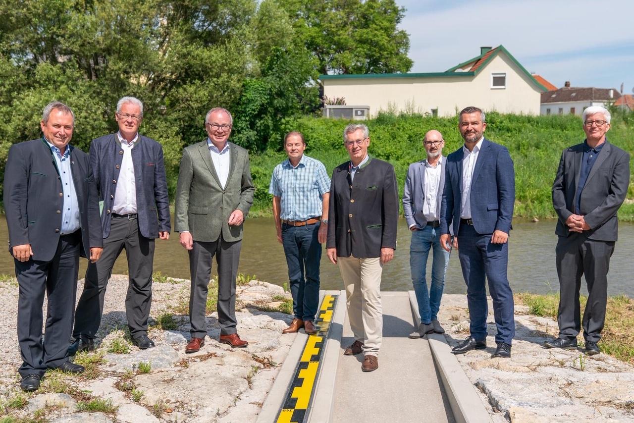 andesrat Heinrich Dorner, Niederösterreichs LH-Stellvertreter Stephan Pernkopf und Lanzenkirchens Bürgermeister Bernhard Karnthaler mit den Vertretern der Hydro Burgenland und Hydro Niederösterreich.